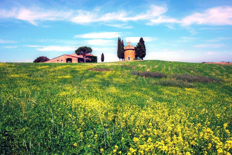 Paisaje encantador con la capilla de Madonna di Vitaleta entre los campos en un día soleado en San Quirico d 'Orcia Val d 'Orcia fotografía de archivo libre de regalías