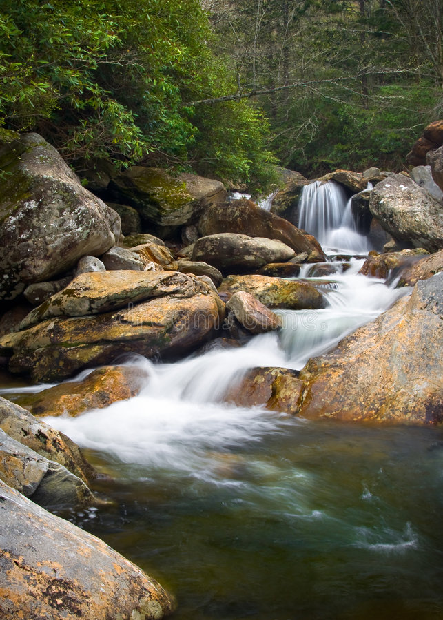 Paisaje enmascarado de la naturaleza de las cascadas en Ridge azul imagenes de archivo