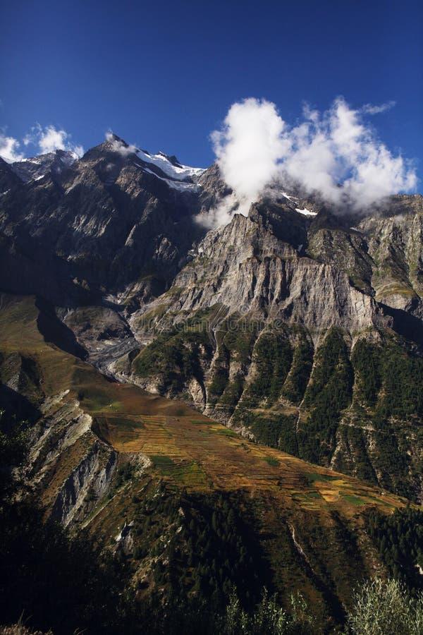 paisaje escénico con las montañas rocosas y las nubes en Himalaya indio, imagenes de archivo
