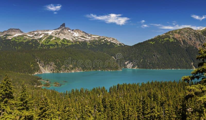 Paisaje escénico de Garibaldi Lake y de la montaña negra del colmillo imagen de archivo