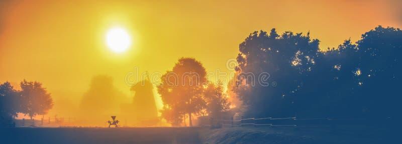 Paisaje escénico de niebla de la naturaleza del campo imagenes de archivo