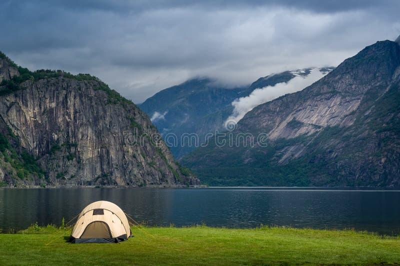 Paisaje escénico del fiordo de Noruega con la tienda turística cerca del agua Eidfjord imagenes de archivo