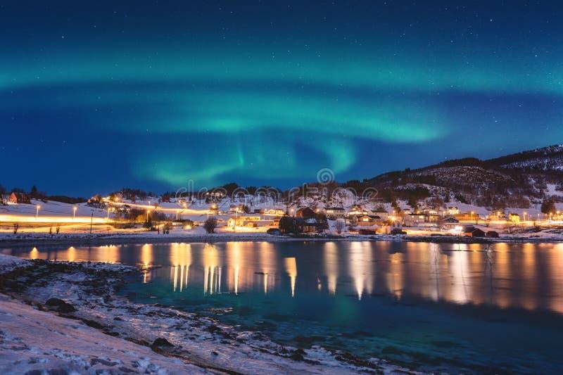 Paisaje escénico del invierno con la aurora boreal, aurora borealis en el cielo nocturno, islas de Lofoten, Noruega foto de archivo