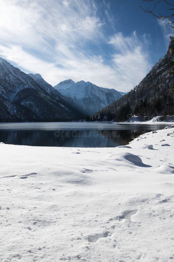 Paisaje escénico del viaje en paisaje nevoso del invierno con las rocas nevadas suaves mullidas de lake lago del predil en las mo fotos de archivo libres de regalías