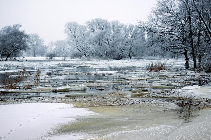Paisaje escarchado de la devanadera con nieve e hielo en el río imagen de archivo libre de regalías