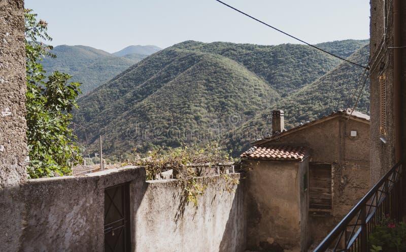 Paisaje europeo italiano típico de la montaña con las paredes viejas del pueblo fotos de archivo libres de regalías