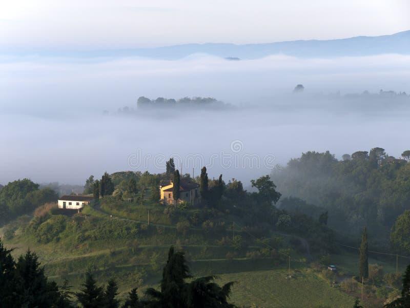 Paisaje fabuloso de la mañana brumosa en Toscana imagenes de archivo