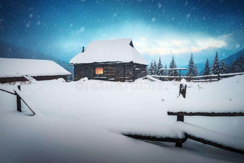 Paisaje fantástico con la casa nevosa fotos de archivo