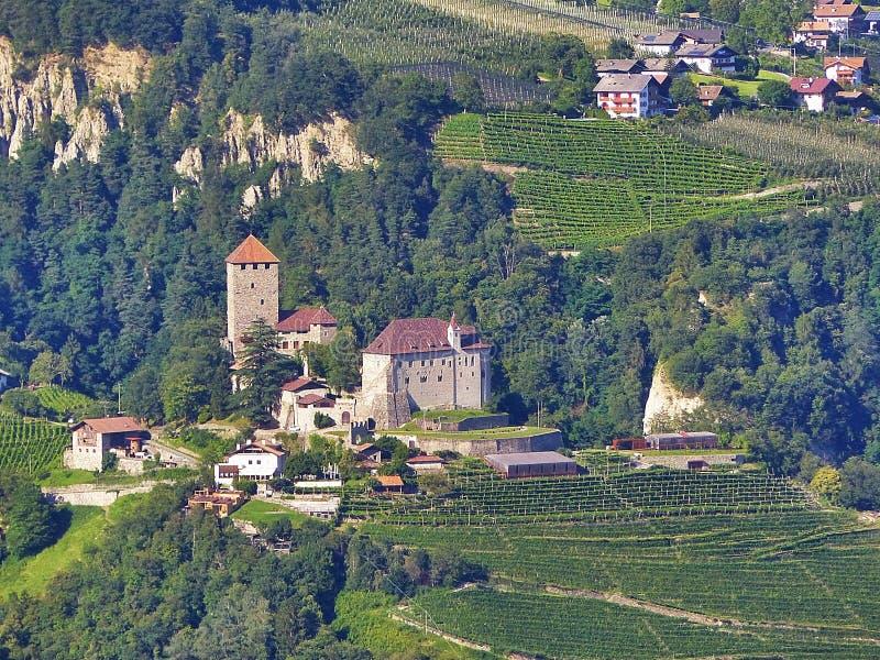 Paisaje fantástico de la montaña En una cuesta de la mentira de la montaña en casa y de plantaciones de granjas en el Tyrol merid fotos de archivo