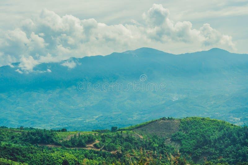 Paisaje fantástico de las montañas de Dalat, de Vietnam, de la atmósfera fresca, del chalet entre bosque, de la forma de la impre imagen de archivo