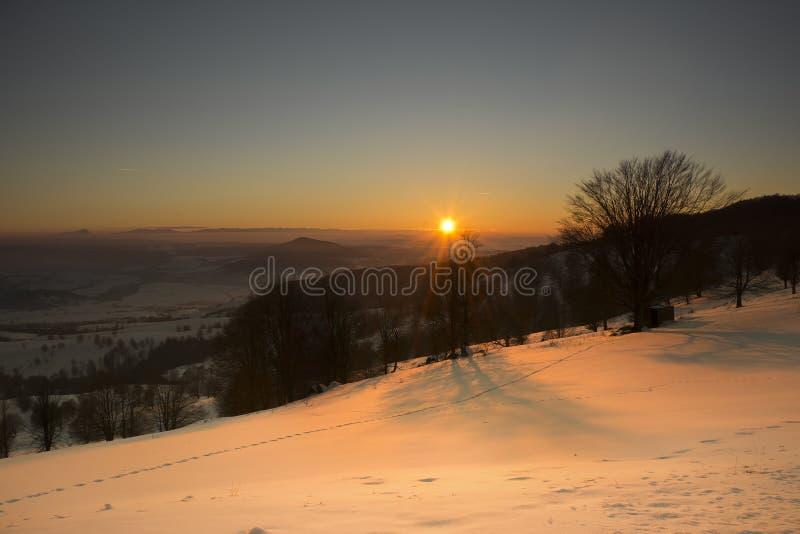 Paisaje fantástico del invierno de la puesta del sol Anecdotario de Sf, Rumania fotos de archivo libres de regalías