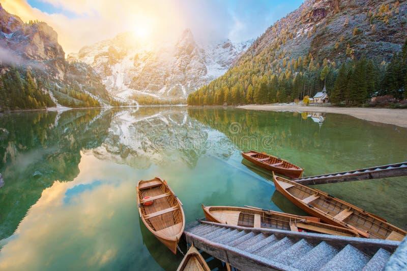 Paisaje fantástico del otoño con los barcos en el lago con la salida del sol o fotos de archivo libres de regalías