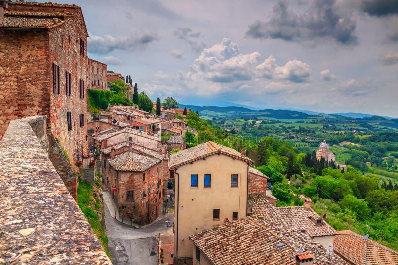 Paisaje fantástico y paisaje urbano medieval, Montepulciano, Italia, Europa de Toscana del verano imagen de archivo