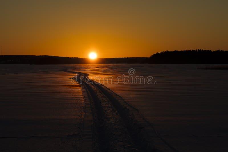Paisaje finlandés del invierno con puesta del sol amarilla fotografía de archivo libre de regalías