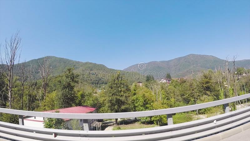 Paisaje fresco verde de colinas boscosas, concepto de las vacaciones, visión desde la ventanilla del coche con el efecto del fish imagenes de archivo