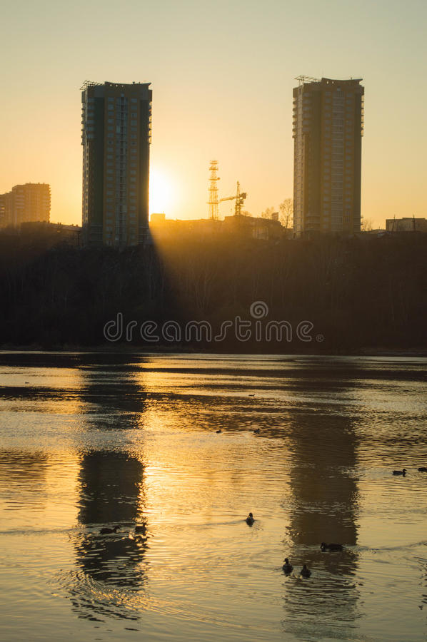 Paisaje gemelo de la puesta del sol de los edificios foto de archivo libre de regalías