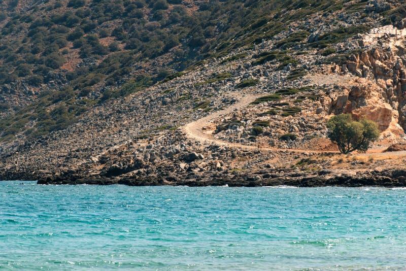 Paisaje griego - montaña rocosa y Mar Egeo imagenes de archivo