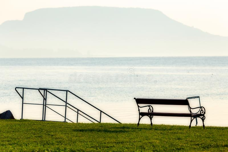 Paisaje húngaro agradable en la playa con el banco, el lago Balatón imagen de archivo libre de regalías