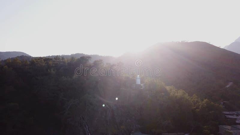 Paisaje hermoso aéreo de la naturaleza del desierto del verano vídeo Vista superior de las montañas tropicales en el sol Iluminac imagen de archivo