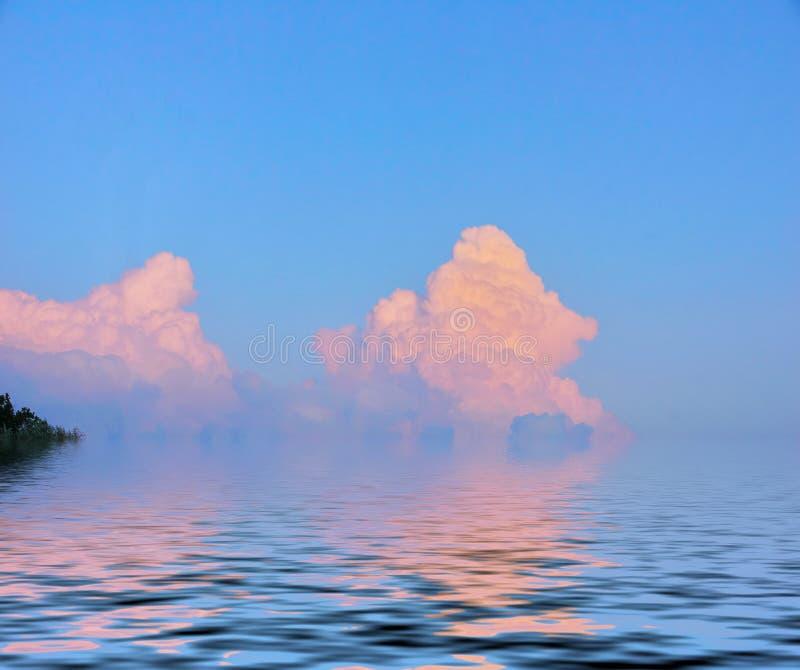 Paisaje hermoso colorido del lago nubes de cúmulo del rosa del cielo azul foto de archivo