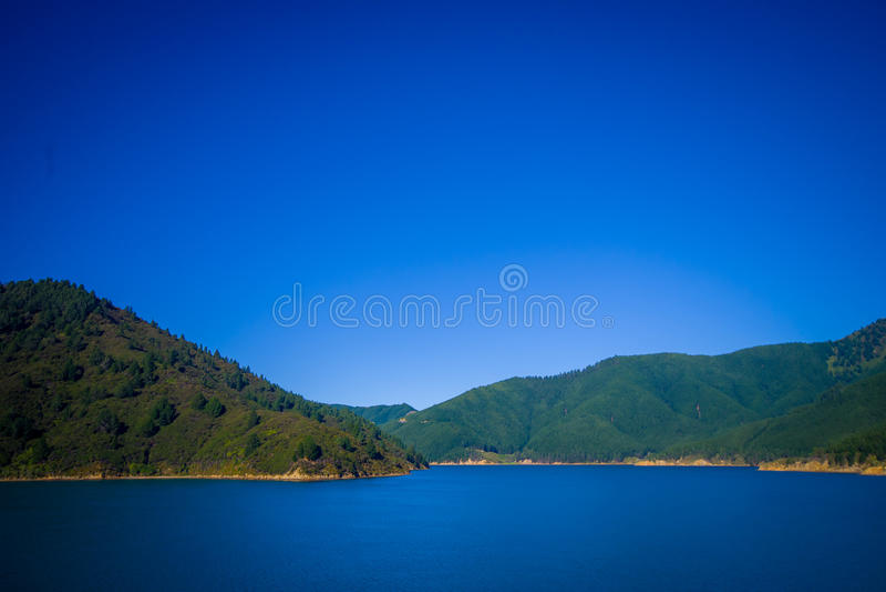 Paisaje hermoso con el cielo azul magnífico en un día soleado visto del transbordador de la isla del norte a la isla del sur, en  foto de archivo