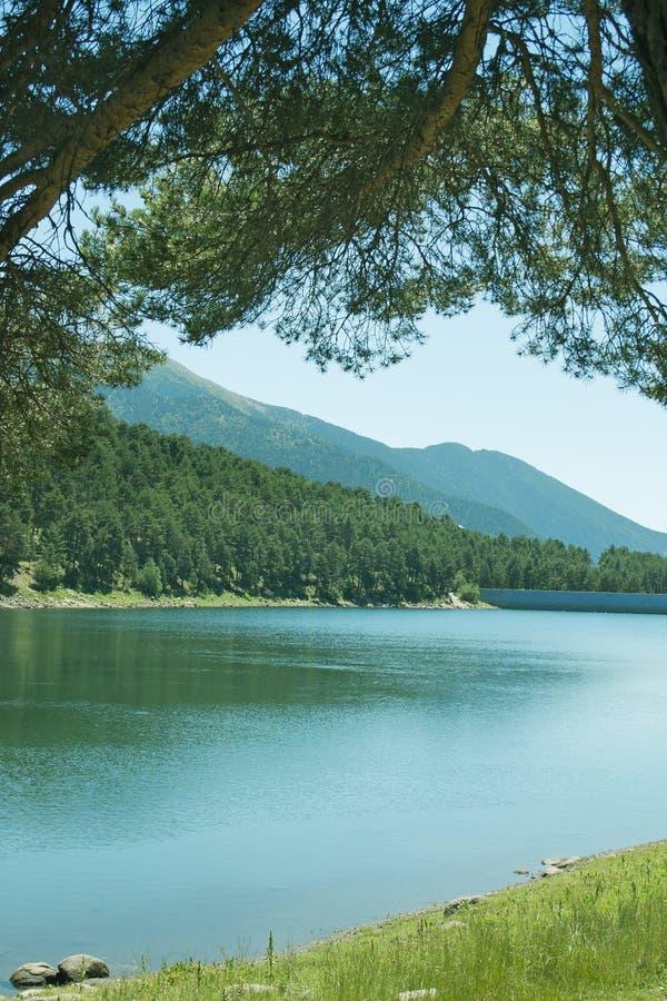 Paisaje hermoso con el lago de la montaña foto de archivo libre de regalías