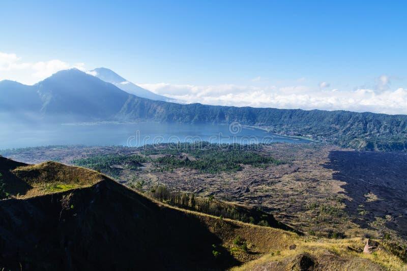 Paisaje hermoso con el lago y los volcanes, Bali, Indonesia imagen de archivo