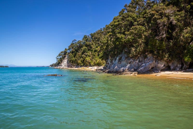 Paisaje hermoso con el océano azul de la turquesa y el cielo claro en A fotos de archivo libres de regalías