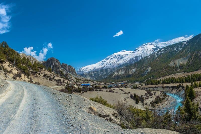 Paisaje hermoso con el río y el pueblo, Nepal de la montaña fotografía de archivo libre de regalías