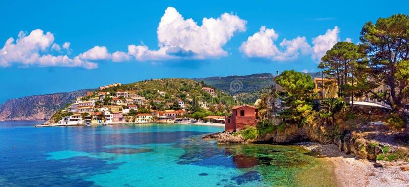 Paisaje hermoso con la bah?a y los edificios coloridos en el fondo de nubes pintorescas en la ciudad de Asos, Grecia, Kefalonia imágenes de archivo libres de regalías