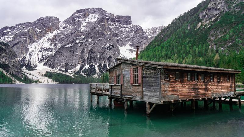 Paisaje hermoso con la opinión del lago de la montaña Choza del lago Bries en las dolomías en Italia foto de archivo