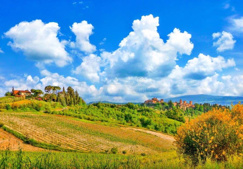 Paisaje hermoso con las ciudades históricas de San Gimignano y de Certaldo, Toscana, Italia imagen de archivo