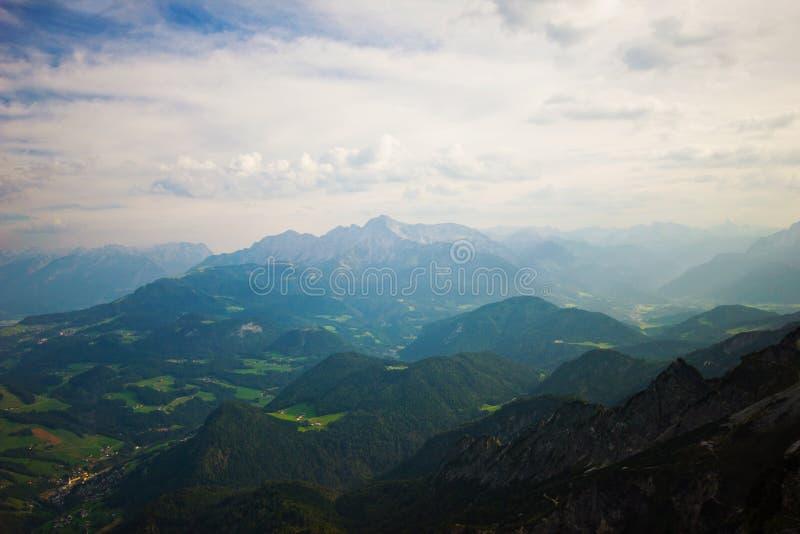 Paisaje hermoso con las montañas y el cielo azul brillante foto de archivo libre de regalías