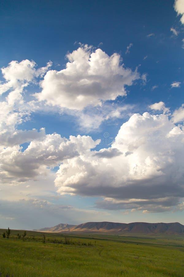 Paisaje hermoso con las nubes en el cielo imagenes de archivo