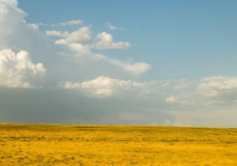Paisaje hermoso con las nubes en el cielo imagen de archivo