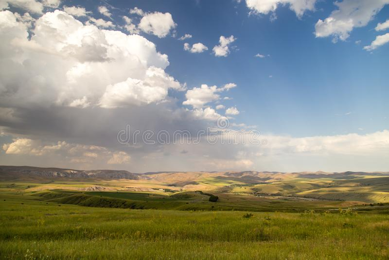 Paisaje hermoso con las nubes en el cielo imágenes de archivo libres de regalías