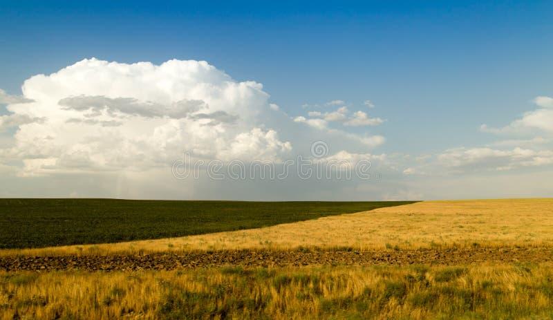 Paisaje hermoso con las nubes en el cielo foto de archivo libre de regalías