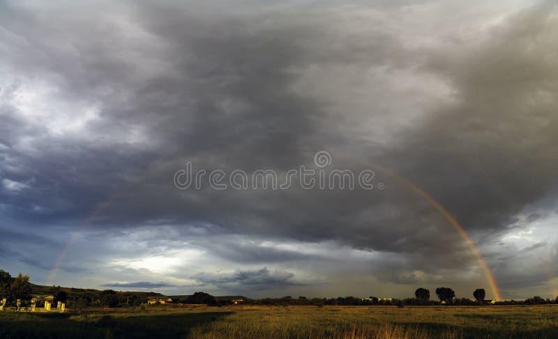Paisaje hermoso con un arco iris fotografía de archivo libre de regalías