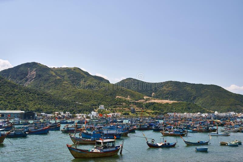 Paisaje hermoso de la bahía del mar con muchos barcos de pesca en Vietnam imágenes de archivo libres de regalías