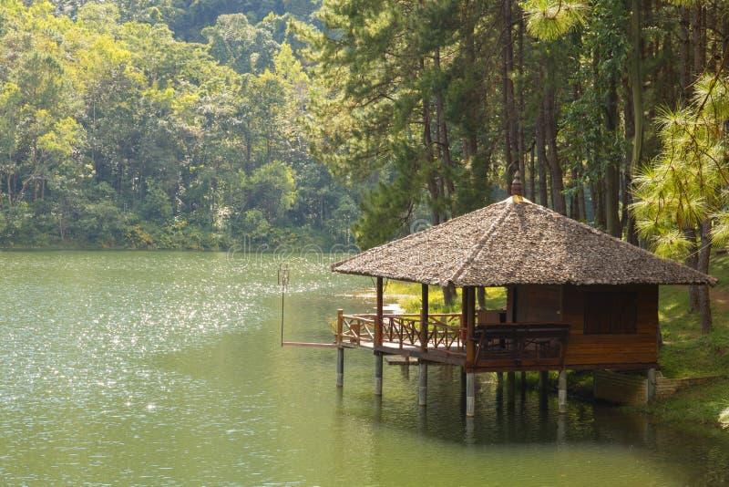 Paisaje hermoso de la casa de alojamiento al lado del lago por la mañana imagen de archivo libre de regalías