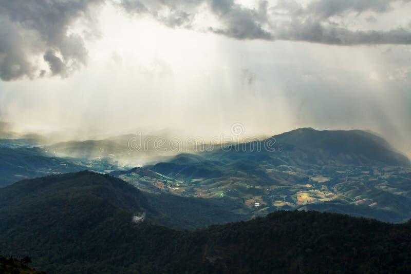 Paisaje hermoso de la colina verde de la montaña después de la lluvia foto de archivo libre de regalías