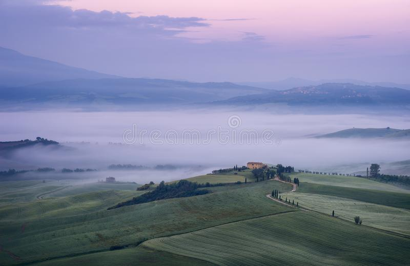Paisaje hermoso de la mañana con niebla en Toscana, Italia foto de archivo libre de regalías