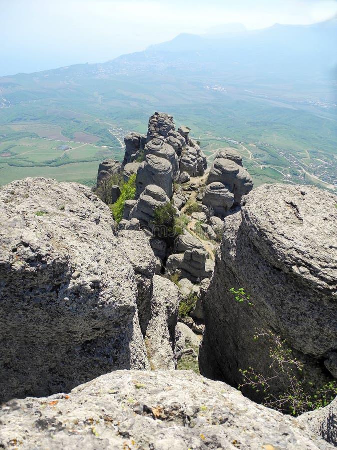 Paisaje hermoso de la montaña con las rocas redondeadas Vista superior del valle habitado Mesetas distantes de la montaña en una  imagenes de archivo