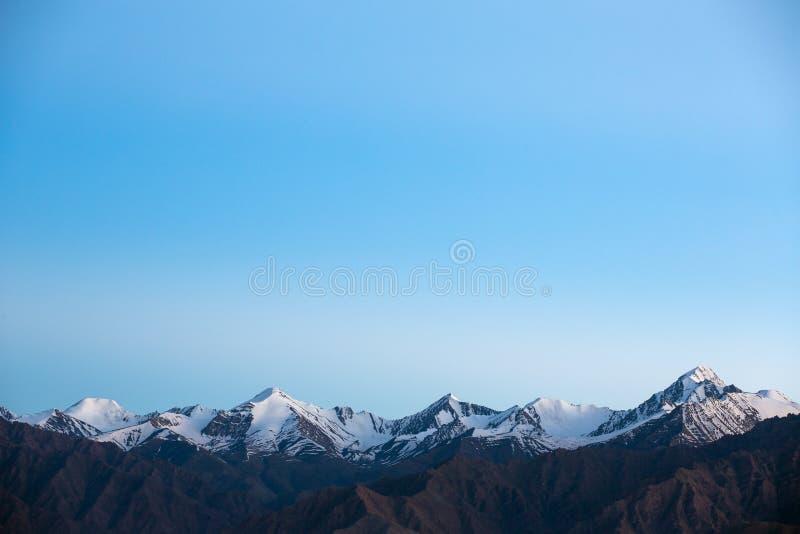 Paisaje hermoso de la montaña con los picos nevosos de la gran gama Himalayan en la región de Ladakh, la India imagen de archivo