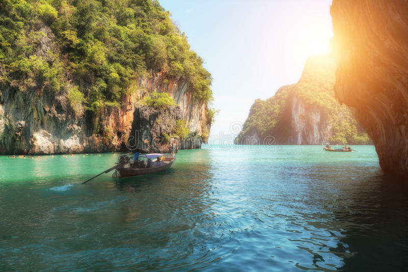 Paisaje hermoso de la montaña de las rocas y del mar cristalino con imagen de archivo libre de regalías