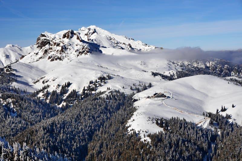 Paisaje hermoso de la montaña del invierno imagen de archivo libre de regalías