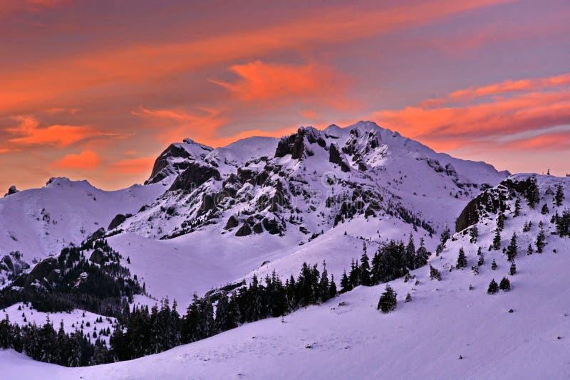 Paisaje hermoso de la montaña del invierno de la puesta del sol imágenes de archivo libres de regalías