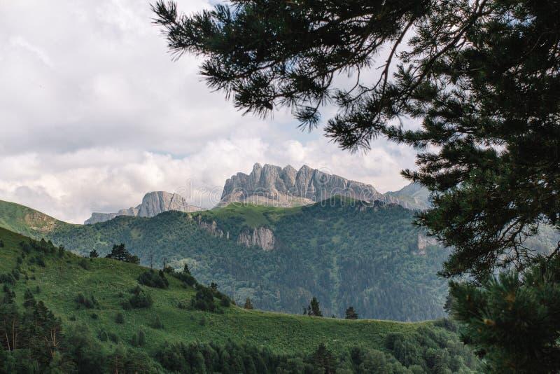 Paisaje hermoso de la montaña del verano con nubes y un día soleado imagen de archivo