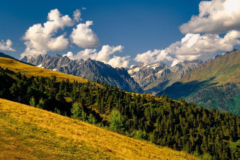 Paisaje hermoso de la montaña en el parque nacional de Kazbegi, el Cáucaso, país de Georgia imagenes de archivo