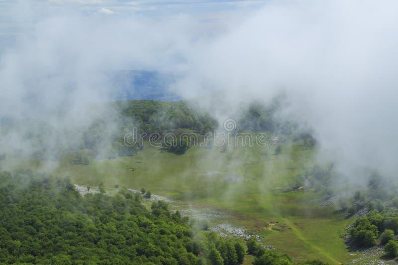 Download Paisaje Hermoso De La Montaña En Las Montañas Imagen de archivo - Imagen de nubes, niebla: 41917767